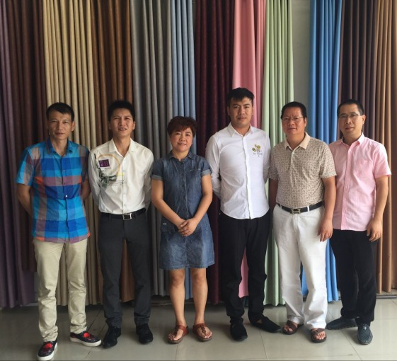 执行会长郑炳克,常务副会长赵国卫、赵锦宇,副会长沈高良拜访商会成员黄威榕和家人
