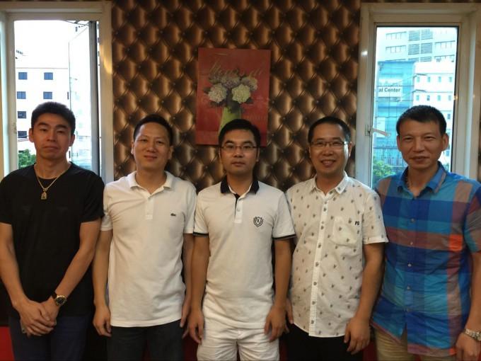 执行会长郑炳克,常务副会长蔡炳飞、薛圣萍,副会长沈高良,拜访商会成员余礼磨